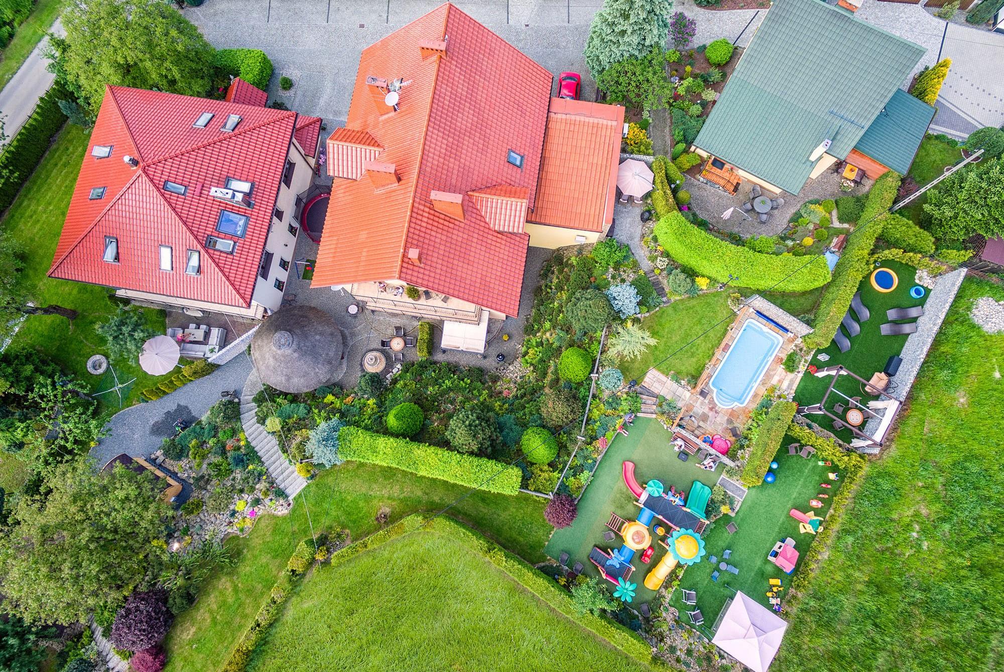Zdjęcie z drona placu zabaw oraz basenu